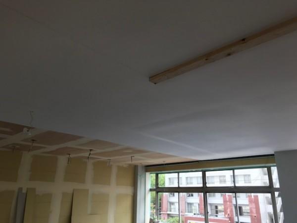天井に壁紙を張る画像