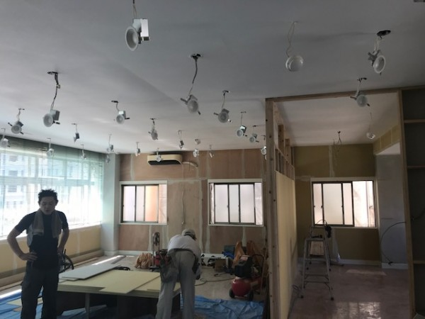 壁紙を天井に貼った状況