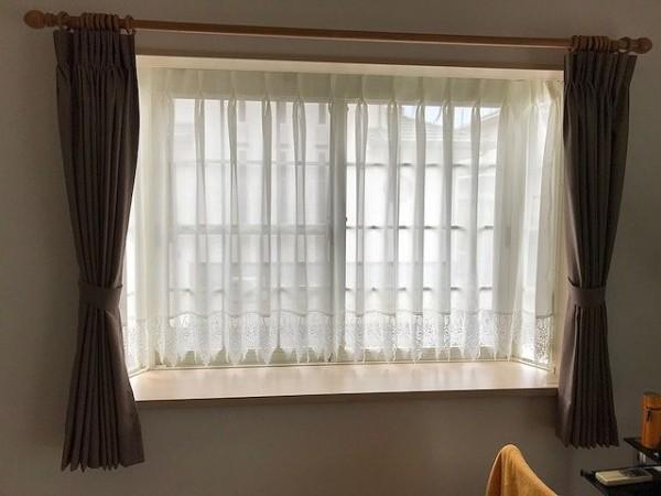 出窓 カーテンの施工事例